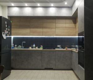 кухня с фасадами бетон