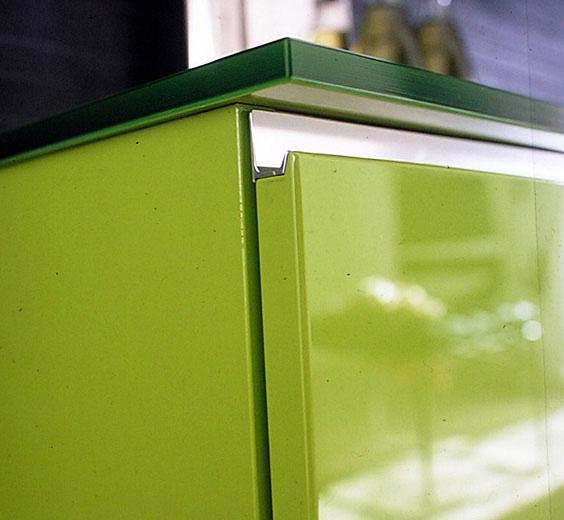 торцевая хромированная ручка для фасадом из МДФ, стеклянная столешница