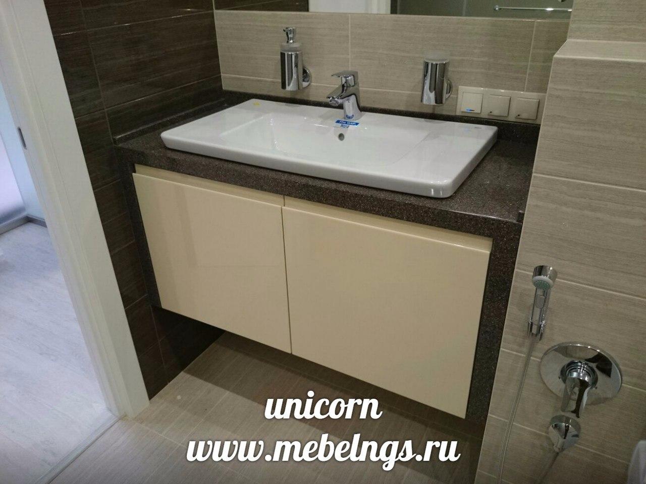 подвесная тумба для ванной комнаты с каменной столешницей
