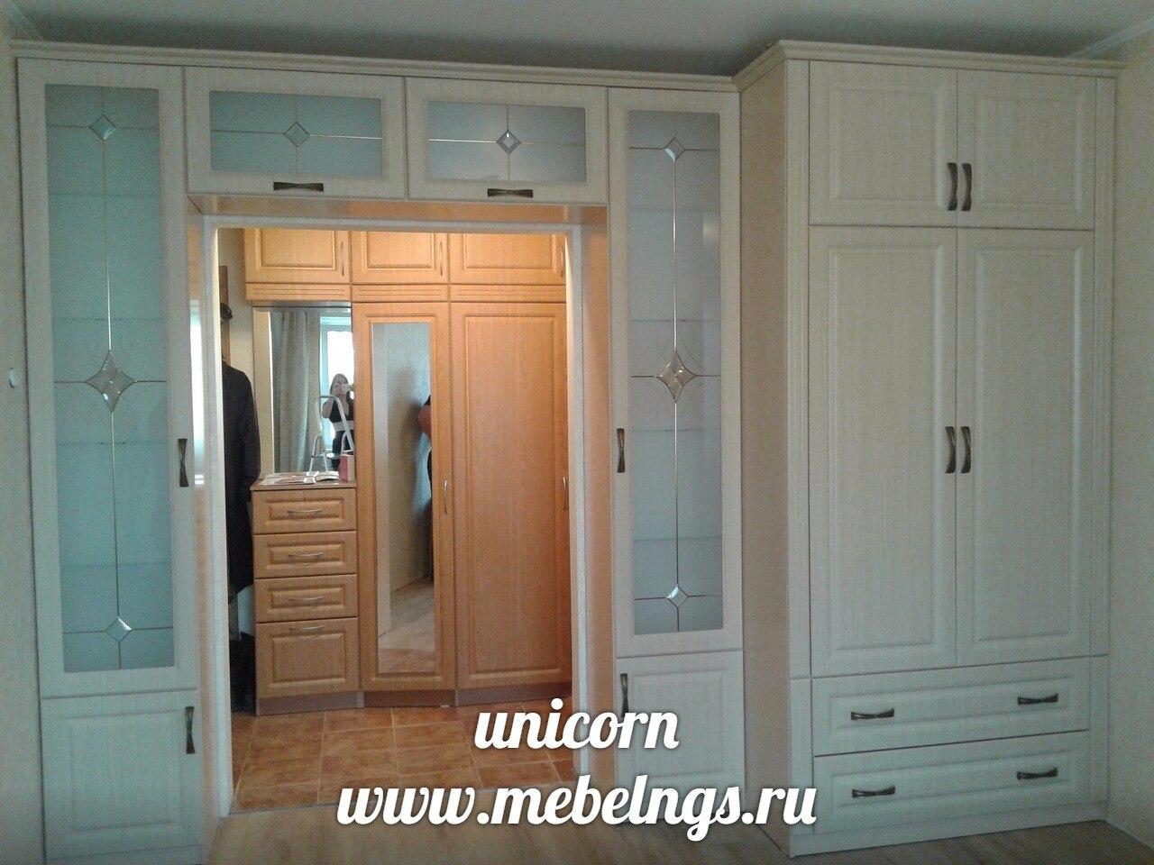 шкафы для комнаты вокруг двери