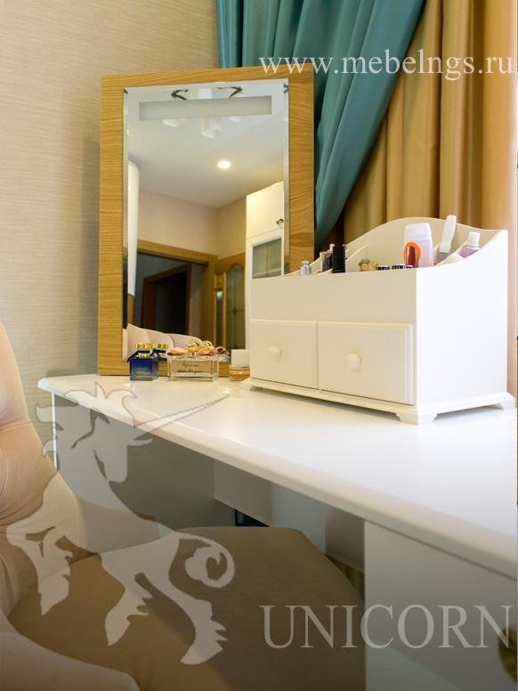 косметическое зеркало с подсветкой на заказ в комплекте со спальным гарнтуром