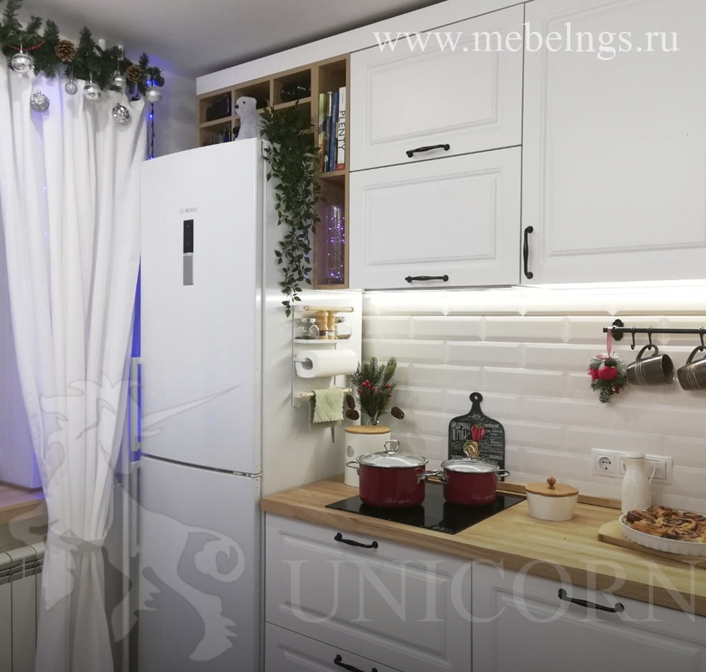 кухонный гарнитур в классическом стиле с деревянной столешницей