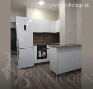 кухонный гарнитур в помещении с колонной