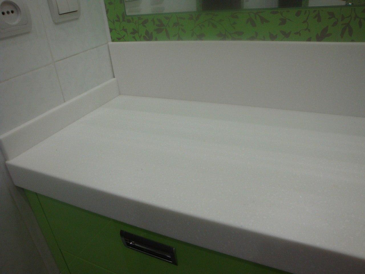 каменная акриловая столешница для тумбы в ванной комнате