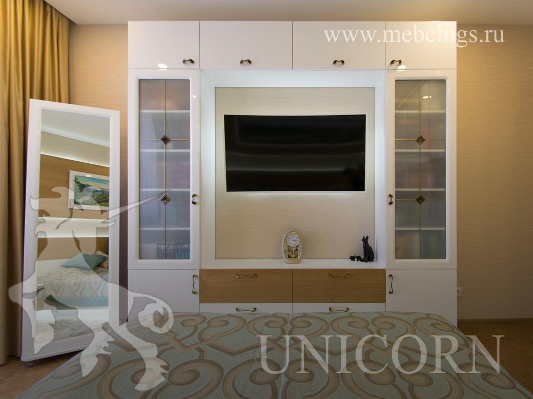 элегантный стеллаж и тв зона в спальне на заказ в Новосибирске от Юникорн